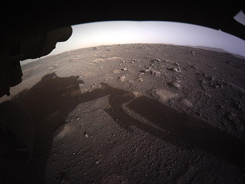 """La prima foto hd inviata da Perseverance dopo la """"salita"""" su Marte. Fonte Wikimedia Commons."""